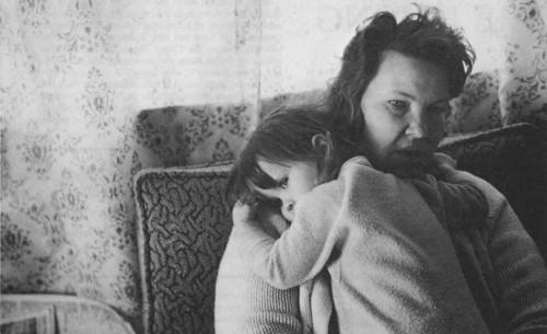 mujer y niña sufriendo