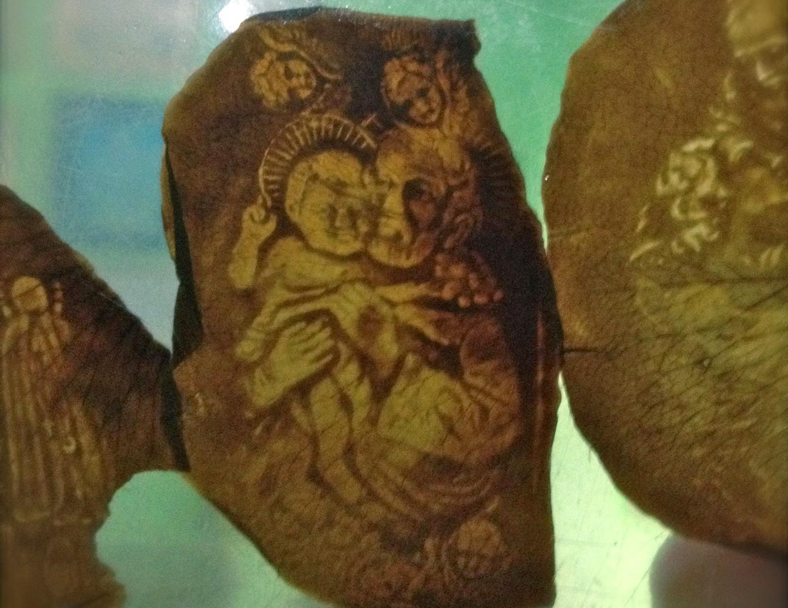 Fantástica Materialización de Pétalos de Rosa con Imágenes Religiosas