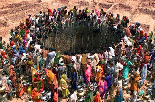sacando agua de un pozo en la india