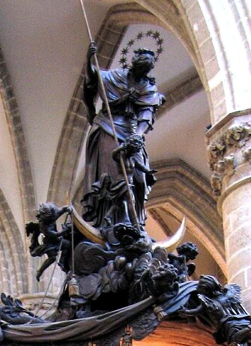 virgen maria con 12 estrellas aplasta al dragon