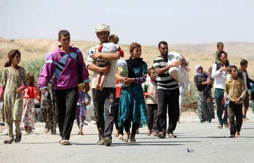 yazidies caminando escapando de irak