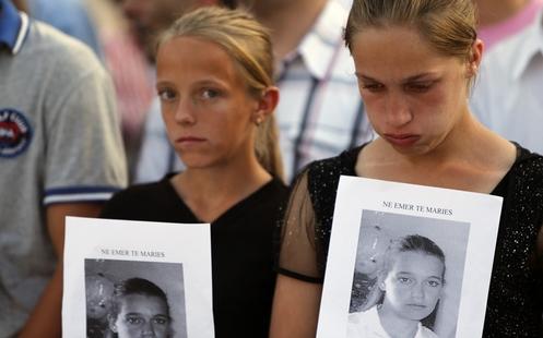 albanesas mostrando foto de un muerto por venganza