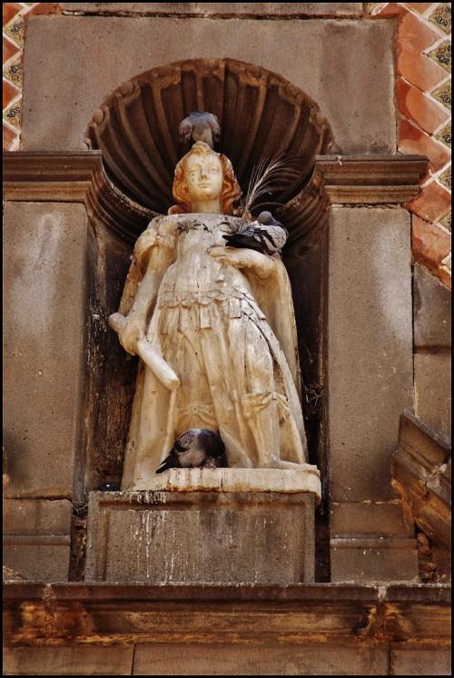 estatua de san miguel afuera del templo de tlaxcala