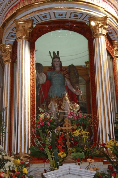 estatua de san miguel dentro de la iglesia de tlaxcala