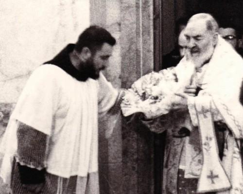 padre pio muestra el niño jesus a un cura