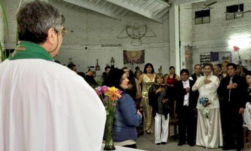 pareja homosexual bendecida por cura en argentina