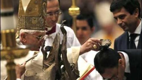 bautismo que hace benedicto xvi a hombre