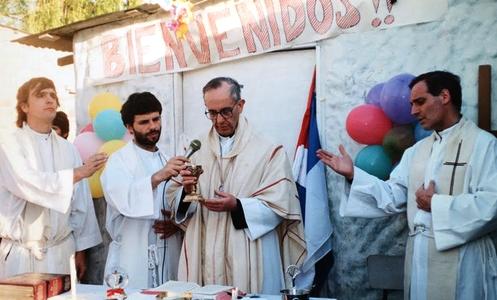 bergoglio celebrando misa en villa misaria