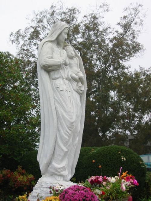 estatua de Our-Loving-Mother