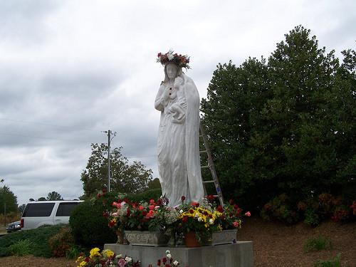 estatua de nuestra madre amorosa