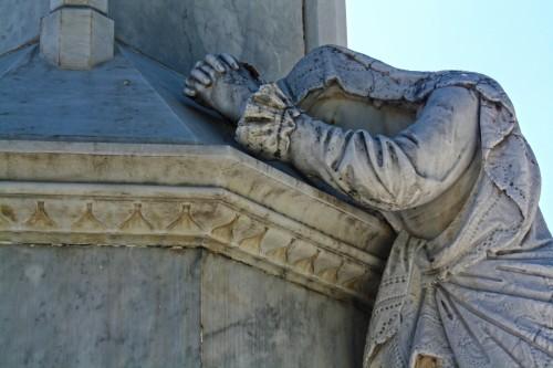 estatua de virgen maria orando fondo