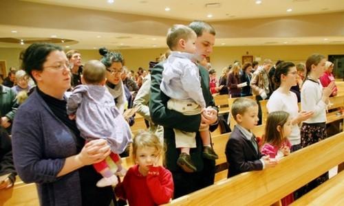 familias con niños en misa