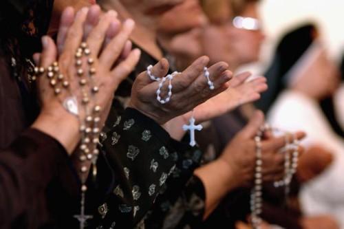 fieles orando el rosario e irak