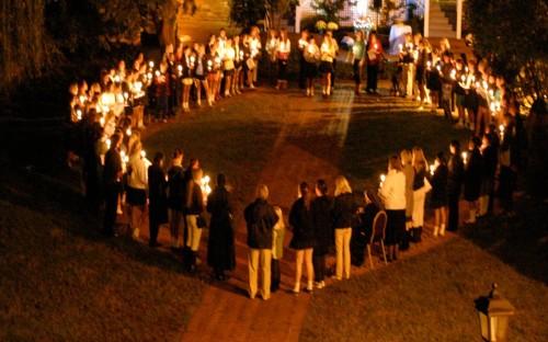 gente rezando el rosario