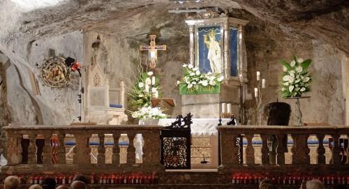 gruta de san miguel en monte sant angelo gargano fondo