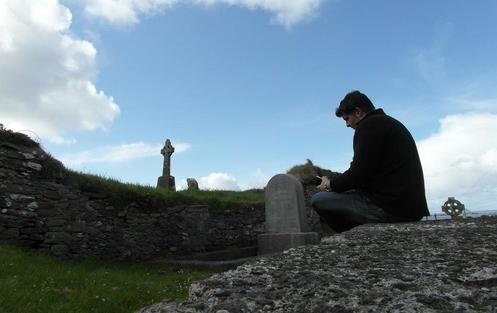 hombre orando en una tumba