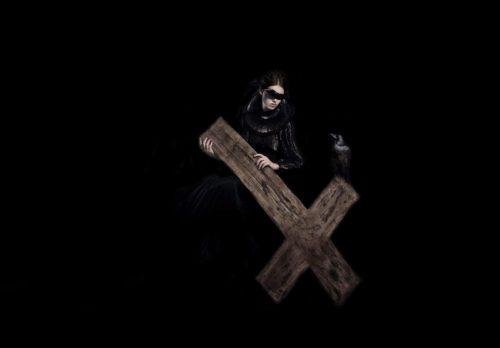 mujer con cruz invertida satanico