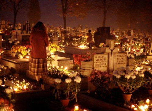 mujer en cementerio dio de los difuntos