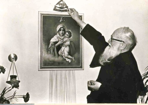 padre kentenich coronando imagen de schoenstatt