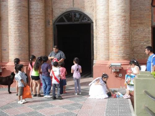 repartiendo golosinas en angeles somos en el frente de la iglesia