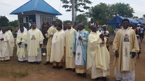 sacerdotes en misa del 21 aniversario del 2005 aokpe