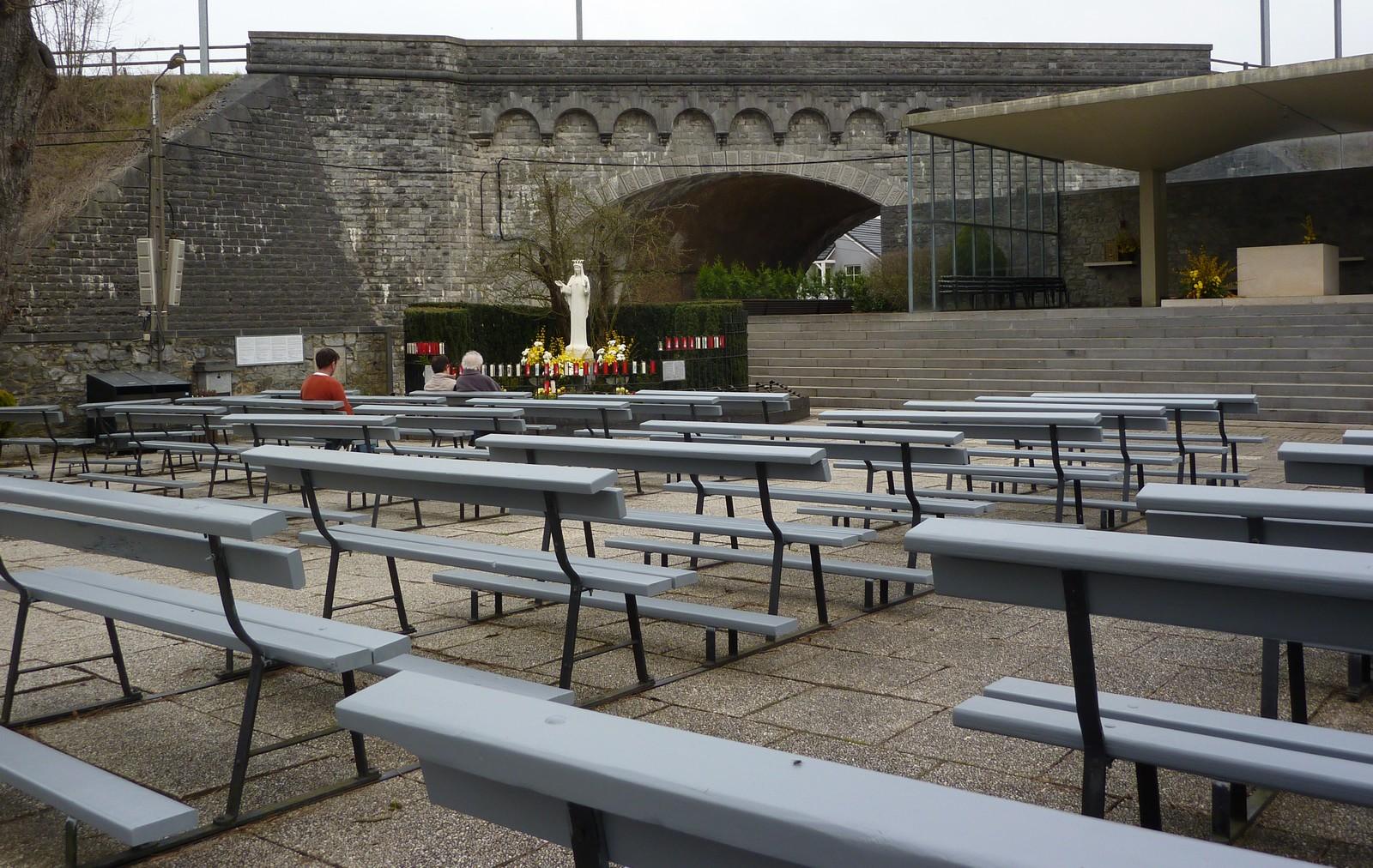 Nuestra Señora de Beauraing, muestra su Corazón de Oro, Bélgica (29 nov, 22 ago)