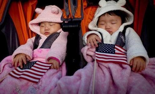 bebes asiaticos con bandera de eeuu