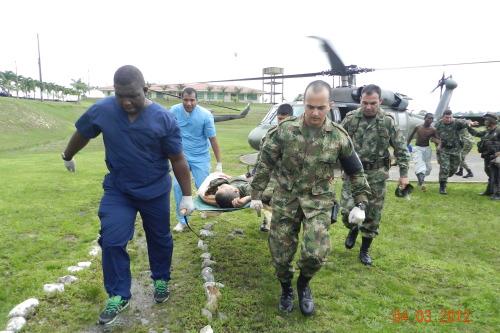 ejercito colombiano transportando un herido