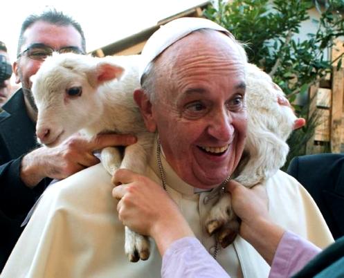 el papa con una oveja al hombro