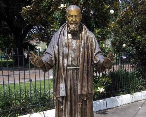 estatua padre pio fondo