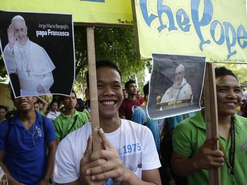filipinos y cartel de papa francisco