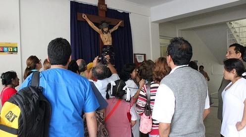 gente mirando imagen de cristo que llora en trijillo