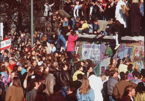gente pasando al otro lado en la caida del muro de berlin