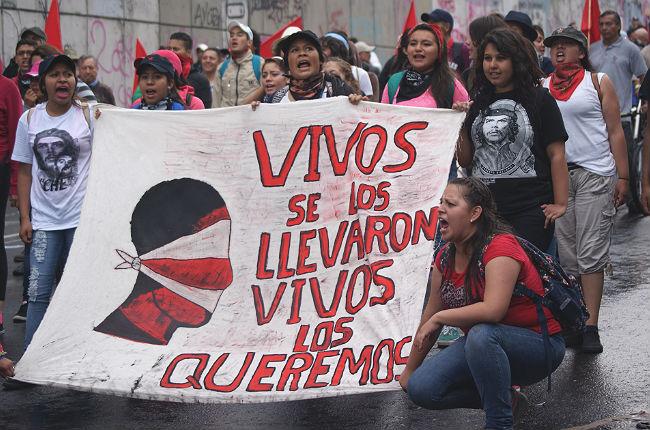 manifestacion por los 43 estudiantes desaparecidos