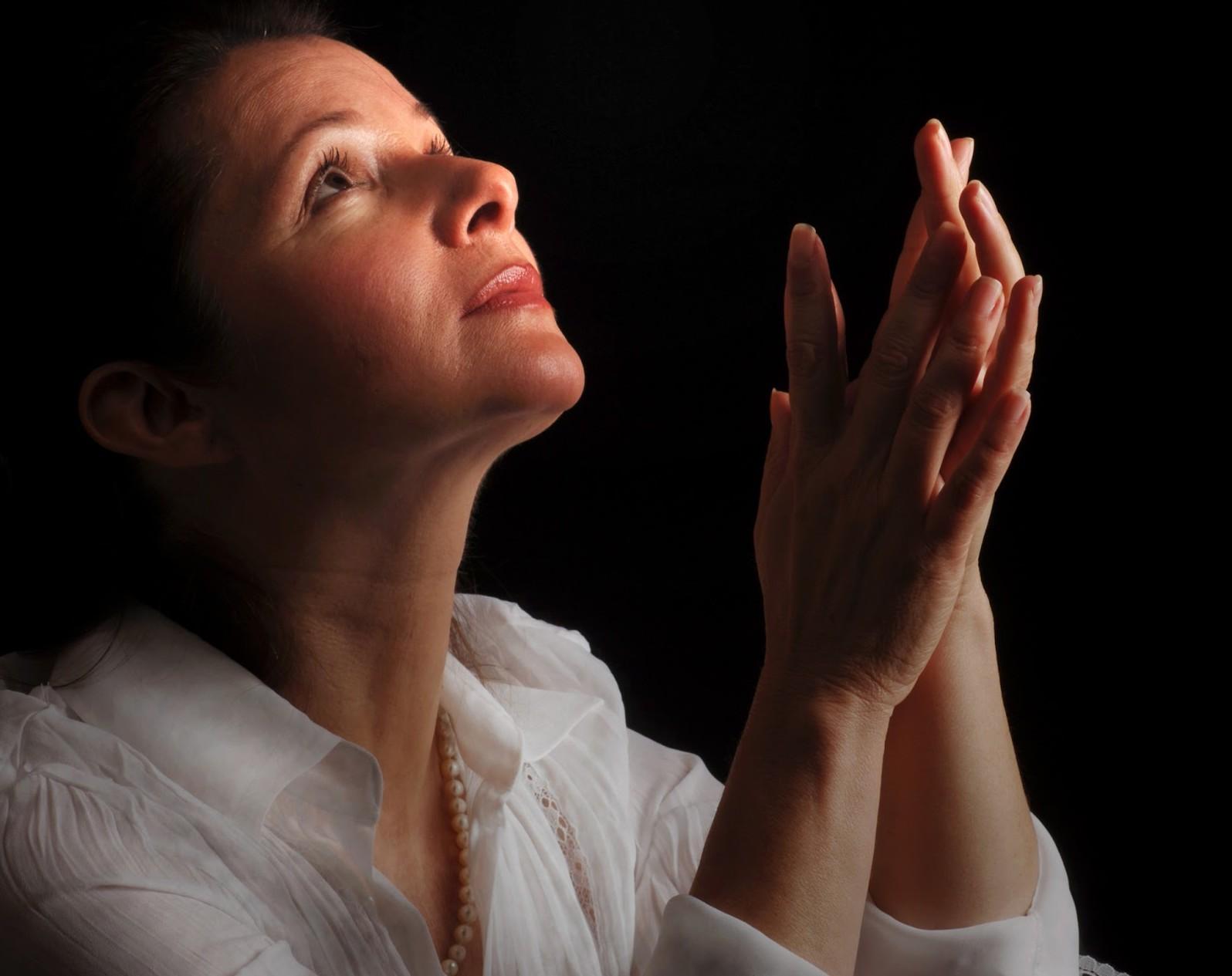 mujer orando fondo