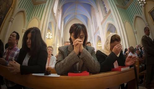 mujeres orando en misa