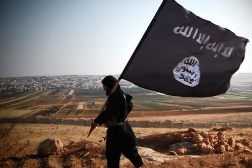 musulman con bandera del estado islamico