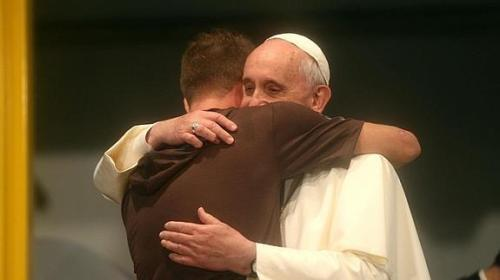 papa francisco abraz a un fiel