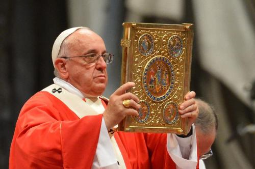 papa francisco muestra la biblia