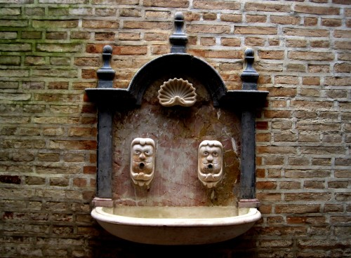 pila de agua bendita