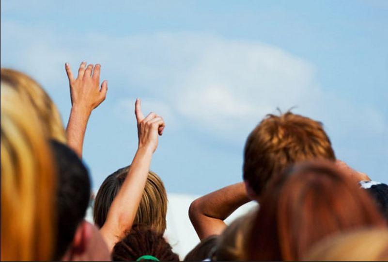 gente mirando para arriba y señalando regreso de cristo