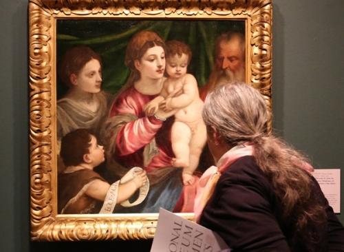 mujer mirando pintura de maria