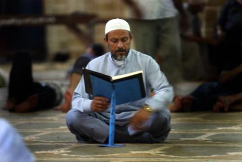 musulman leyendo el coran