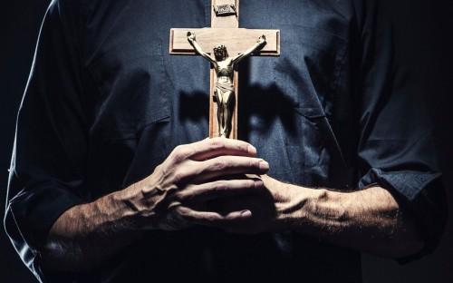 sacerdote con cruz en la mano fondo