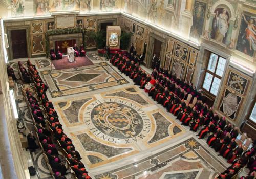 vista aerea de francisco hablando a la curia romana