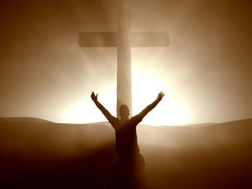 orando frente a una cruz