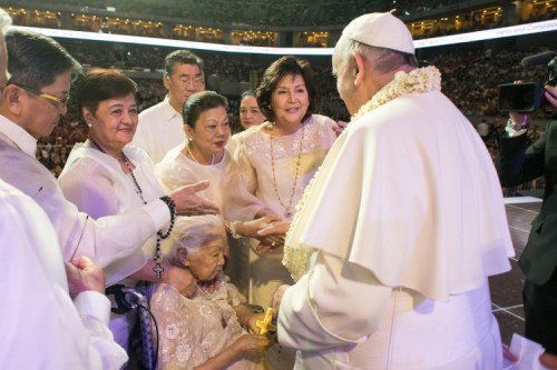 papa con familias filipinas