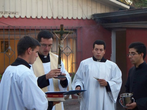 - Exorcismo y bendición de la casa con la Cruz