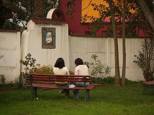 dos mujeres frente a cuadro de maria