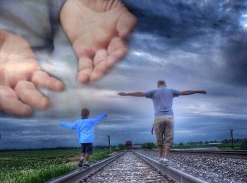 hombre y niño caminan por via
